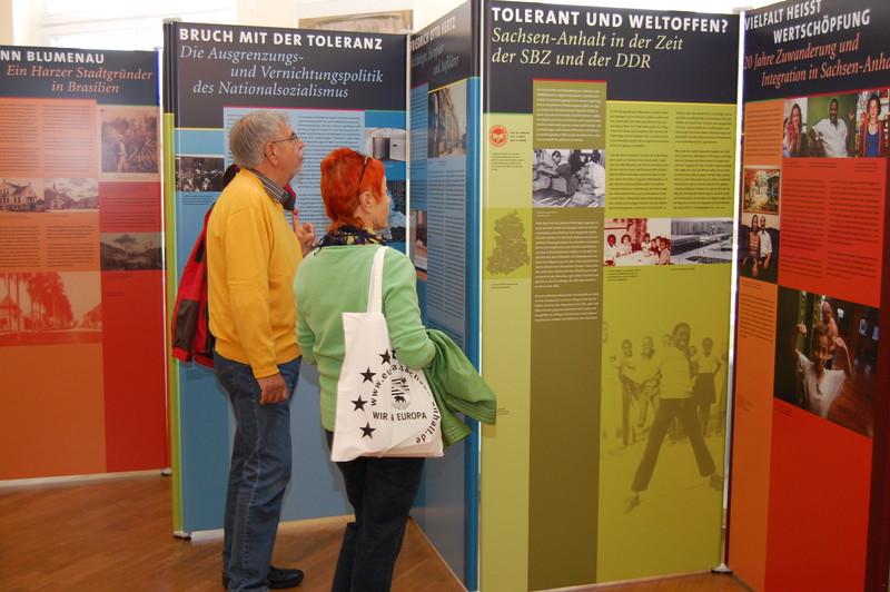 """Besucher in der Ausstellung """"Traditionell weltoffen"""""""